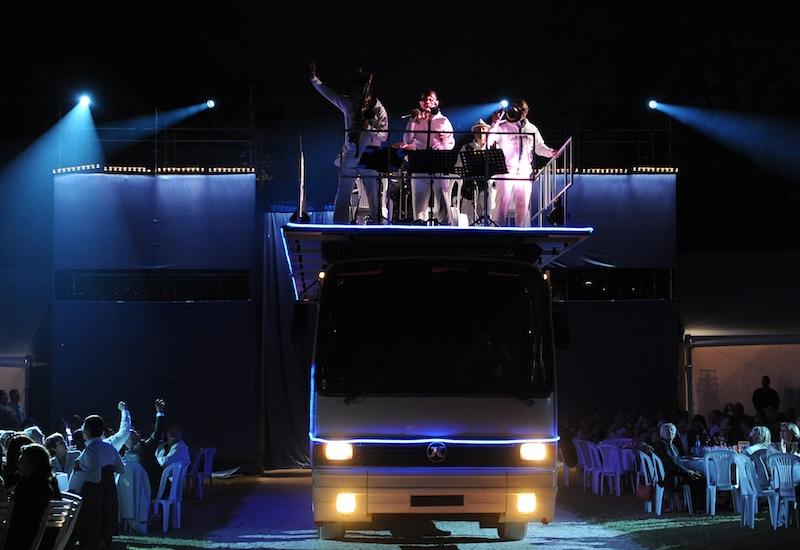 mondial a petanque entree du bus musiciens